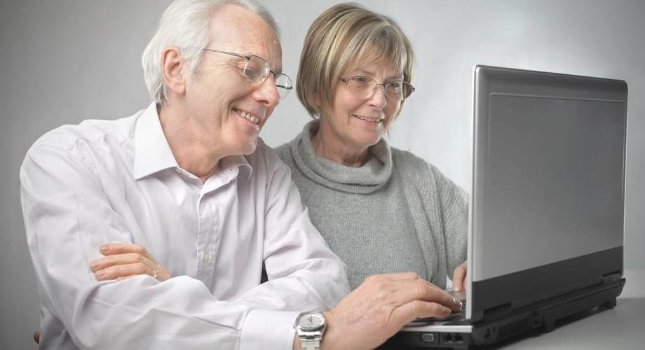 Mies ja nainen tietokoneen ääressä.