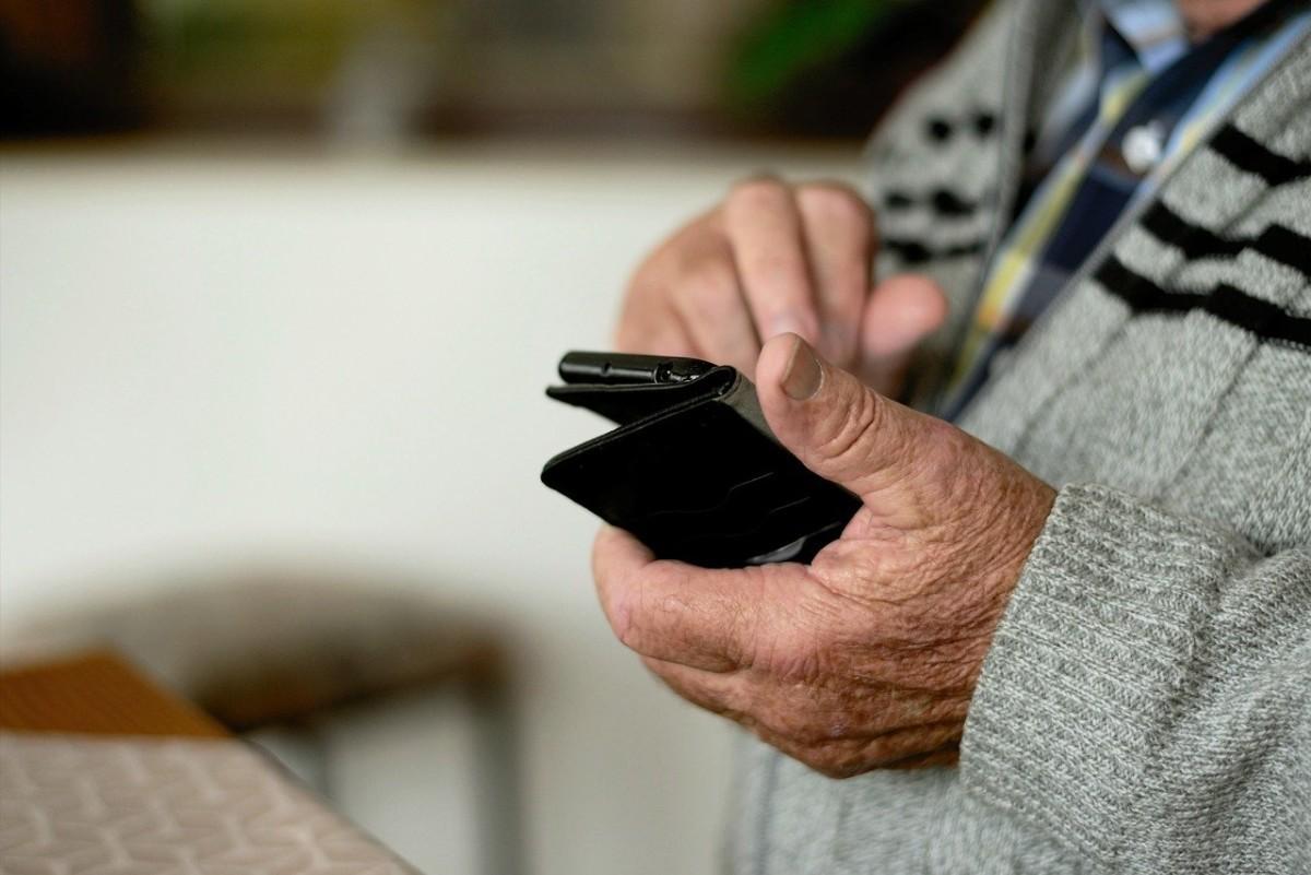 Älypuhelin iäkkäissä käsissä.